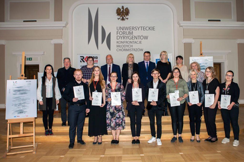 Zdjęcie grupowe z dyplomami