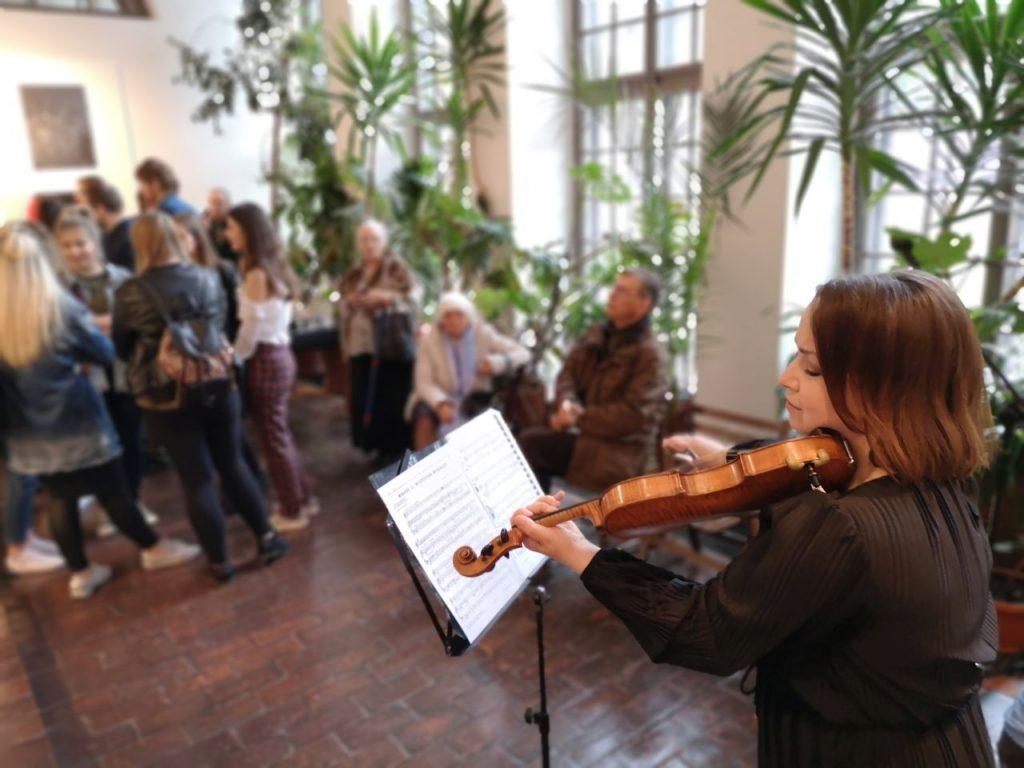 Studentka gra na skrzypcach