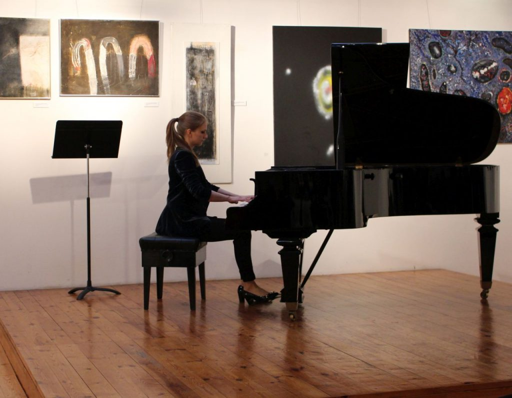Anna Parkita gra na instrumencie